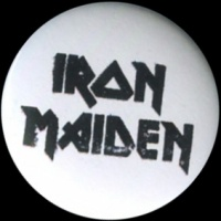 Placka 25 IRON MAIDEN nápis wb